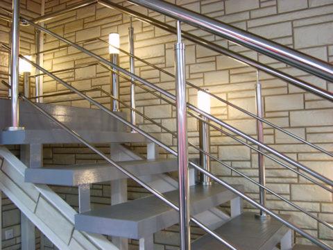 Металлическая лестница в офисном здании