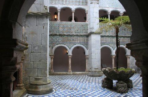 Мушараби придают некоторую сказочность облику здания