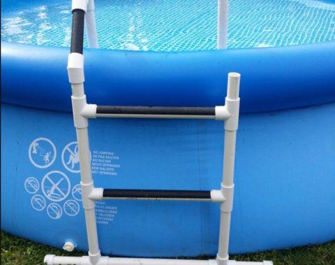 На фото – самодельная лестница из пластиковых водопроводных труб