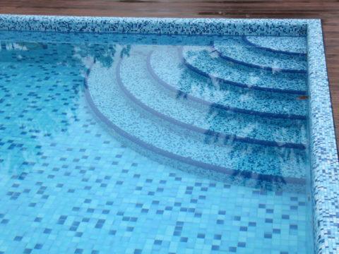 Пользоваться лестницей в воде без поручней небезопасно