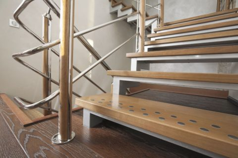 Поворотная лестница занимает намного меньше места