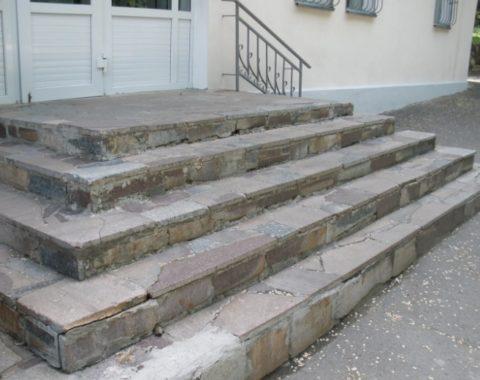 При постоянном воздействии влаги разрушится даже бетонное основание