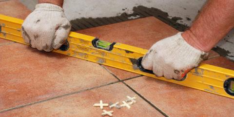 При укладке все время следует следить за соблюдением общего уровня покрытия