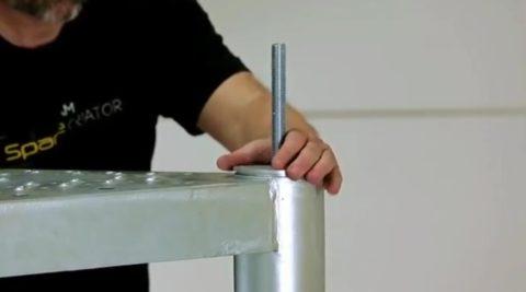 Сделать металлическую лестницу на второй этаж: крепление площадки