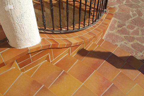 Современные керамические материалы обладают высокой прочностью и подходят для уличной отделки