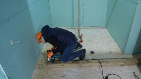 Строительство лестницы на даче: торцевание столба