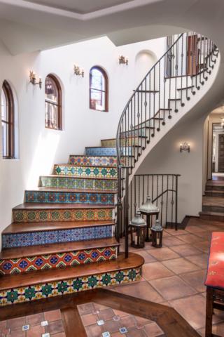 Удачное сочетание дерева и мозаичной плитки в облицовке ступеней