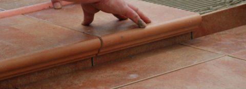 Укладка керамогранита с капиносом – обработанным свесом
