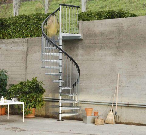 Внешняя металлическая лестница на второй этаж все-таки может быть модульной, при условии, что вся она сделана из металла