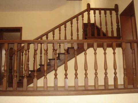 Высота перил лестницы в частном доме должна соответствовать общепринятым стандартам
