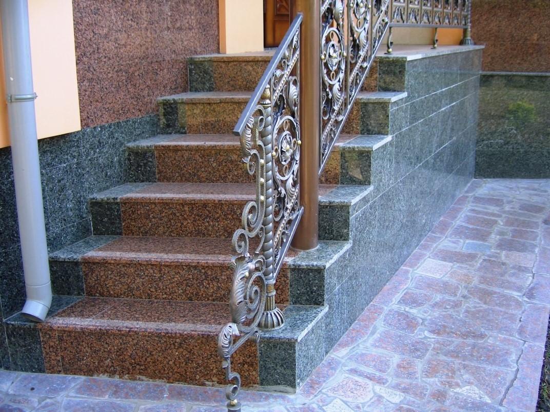 Лестница, облицованная гранитом