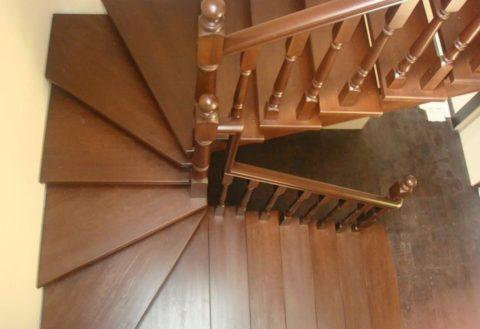 Деревянная лестница: вместо площадки разворот реализован забежными ступенями
