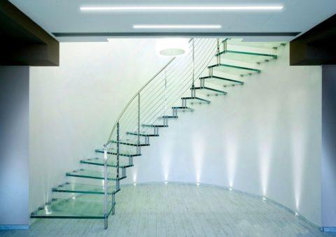 Иногда можно встретить интересные решения лестниц из стекла