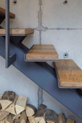 Косоур для лестницы металлический с монтажными площадками