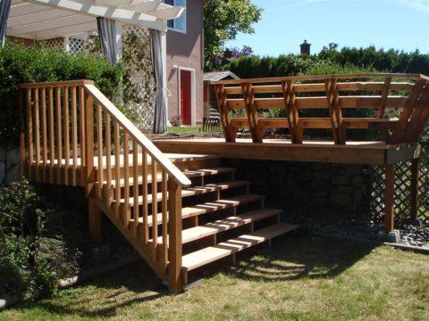 Лестница из дерева переходит в открытую террасу
