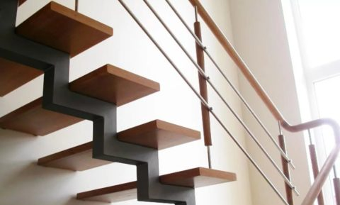 Лестница металлическая по косоурам: опора смещена к внешнему краю