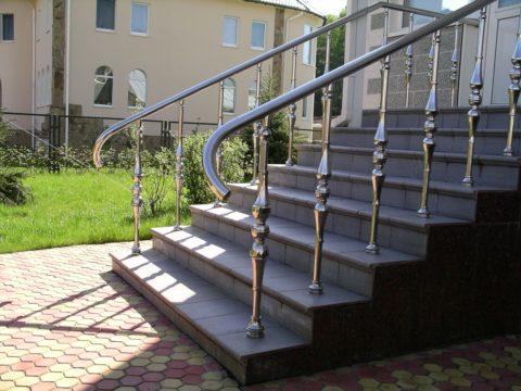 Лестница на улице в частном доме, сделанная из бетона