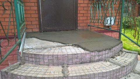 Лестница в частном доме на улице из бетона