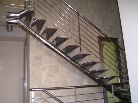 Лестницы для дома по металлическим косоурам из нержавеющей стали