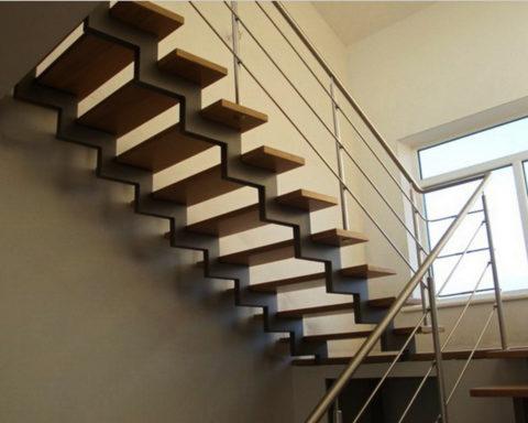 Лестницы с металлическим косоуром