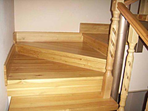 Ломаная лестница на второй этаж с забежными ступенями