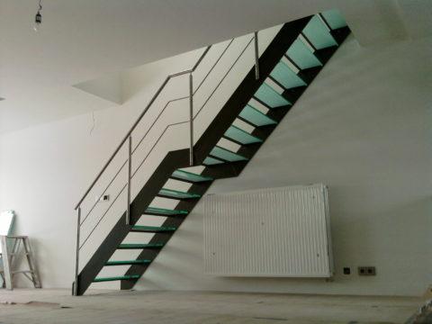 Металлическая лестница со стеклянными ступенями