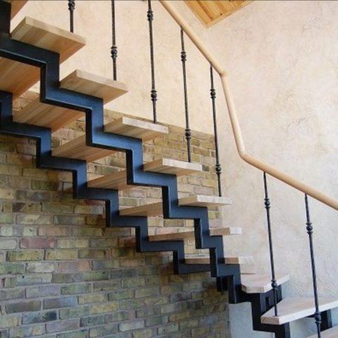 Металлический косоур для забежной лестницы чаще делают ломаным