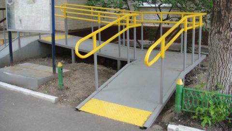Наклонная плоскость, заменяющая лестницу, удобна для пожилых людей, инвалидов-колясочников, родителей с детскими колясками