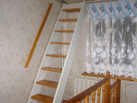 По лестнице с таким уклоном можно спускаться только спиной вперед