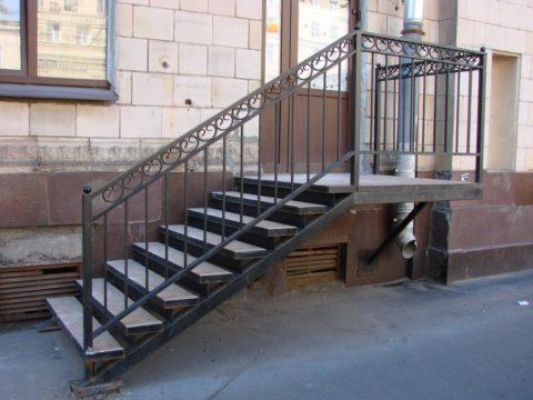 Пологая уличная лестница безопаснее крутой