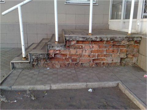 Разрушающаяся кирпичная лестница
