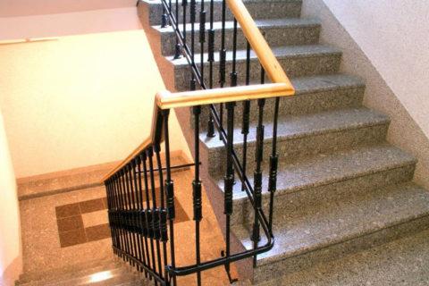 Стандартные ступени в подъезде типовой многоэтажки