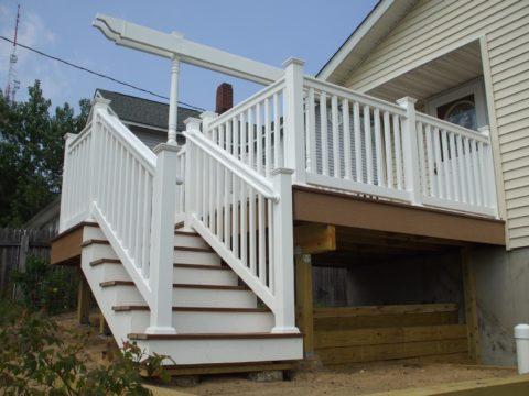 Уличные лестницы для загородного дома из дерева