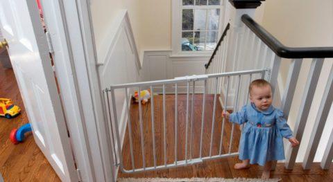 В начале и конце межэтажной лестницы рекомендуется предусмотреть специальные ворота для снижения риска травматизма у детей