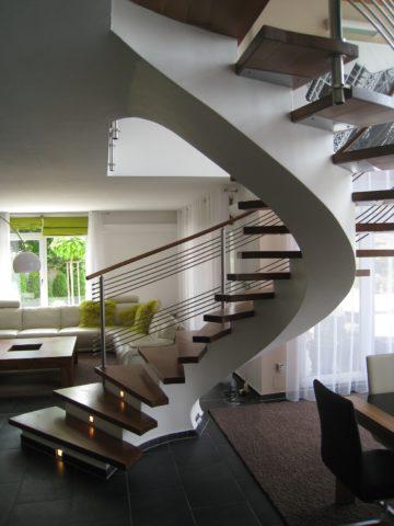 Винтовая монолитна лестница с деревянными ступенями