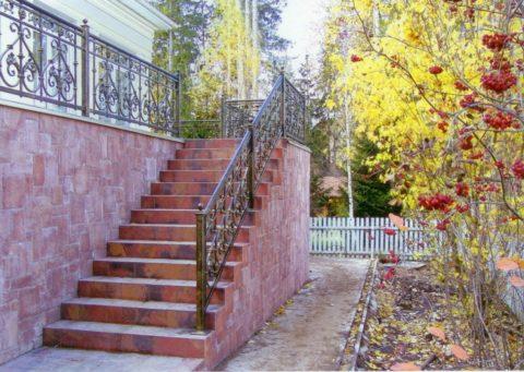 Высокая кирпичная лестница, облицованная плиткой