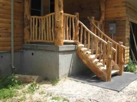Бревенчатая лестница на крыльце