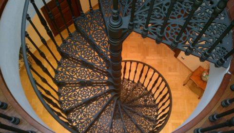 Чугунная лестница имеет очень большой вес