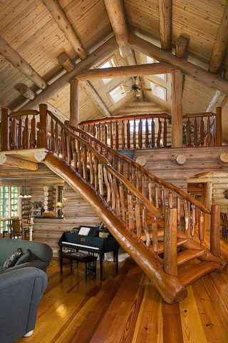 Лестница из бревен неправильной формы – использованы цельные стволы деревьев