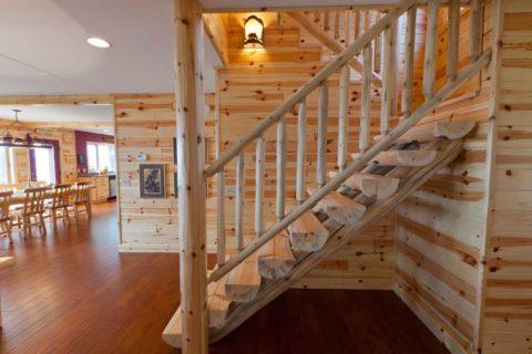Лестница из бревен смотрится невероятно органично в деревянном доме