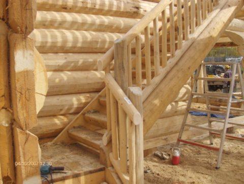Маршевая бревенчатая лестница