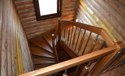 Маршевая забежная лестница смогла уместиться на небольшой площади
