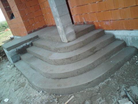 Массивное бетонное крыльцо, имея со зданием разную степень усадки, может даже вызвать появление трещин в фундаменте