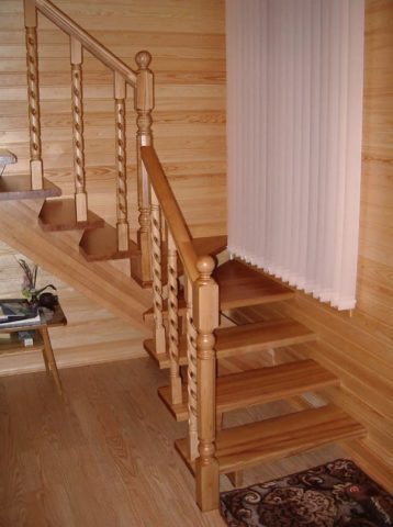 Монтаж забежных ступеней деревянной лестницы проще выполнять в углу комнаты