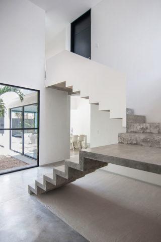 Открытая бетонная лестница в интерьере