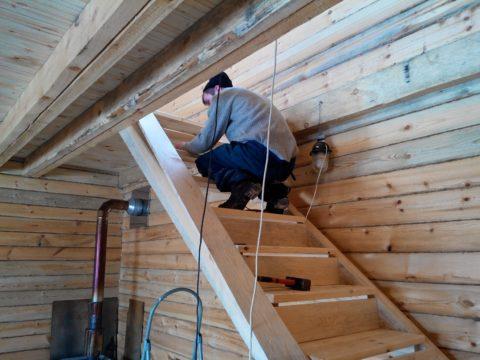 Строительство лестницы в доме - установка подступенков