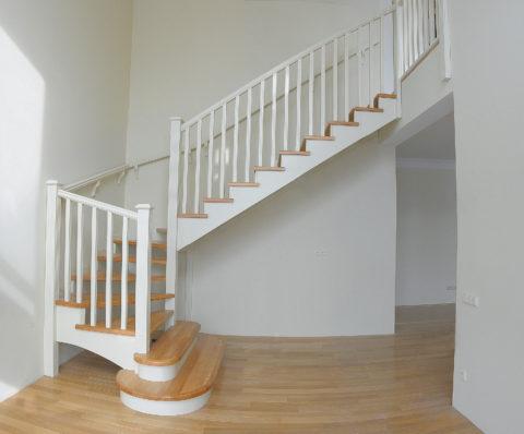 Забежная лестница деревянная без подступенков
