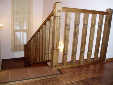 Деревянные лестницы по косоурам – балясины не связаны со ступенями
