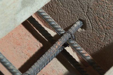 Крепление бетонной лестницы к стене