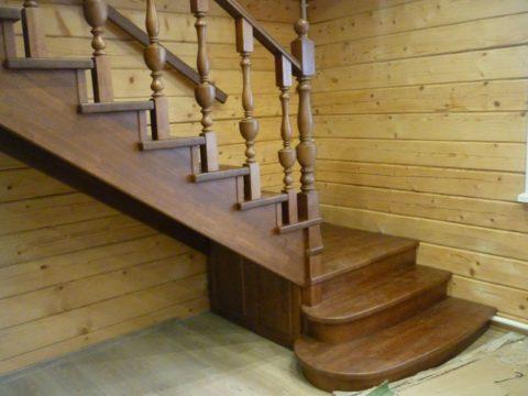 Крепление деревянной лестницы на косоуре – спереди две радиусные ступени